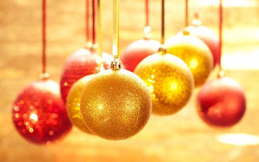 Обои Красные и золотые новогодние шары подвешены на ленточках