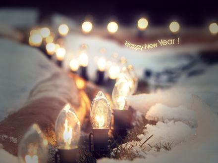 Обои Гирлянда из светящихся ламп на земле в снегу (Счастливого Нового Года / Happy New Year!)