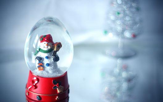 Обои Новогодний стеклянный шар со снеговиком внутри