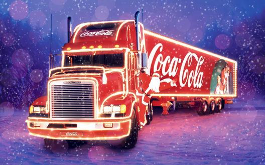 Обои Грузовик Coca-Cola с водителем Санта Клаусом в заснеженном лесу