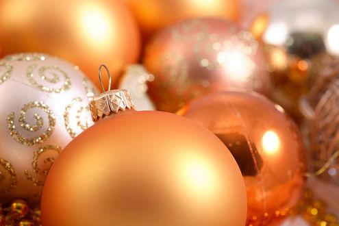 Обои Новогодние шарики персикового цвета