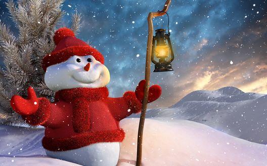 Обои Снеговик, одетый в красную вязанную красную шапочку и шубейку, держит в руке посох с горящей керосиновой лампой стоя в сугробе возле ёлки