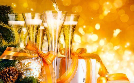 Обои Бокалы с шампанским, ветка елки с шишками, шарики, подарочные коробки, перевязанные красивыми ленточками