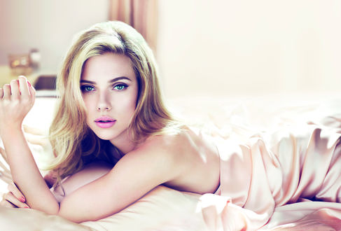 Обои Scarlett Johansson / Скарлетт Йоханссон лежит на кровати