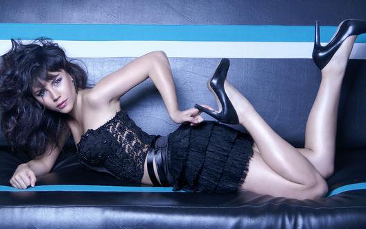 Девушка лежит в одежде фото фото 444-93