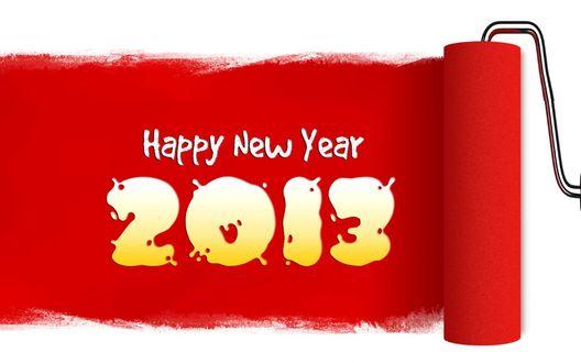 Обои Цифры Нового 2013 года и надпись 'Happy New Year' (Счастливого Нового Года) на красной полосе, нанесенной валиком