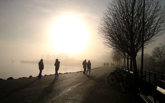 Обои Над морем слетится туман, люди гуляют по его берегу