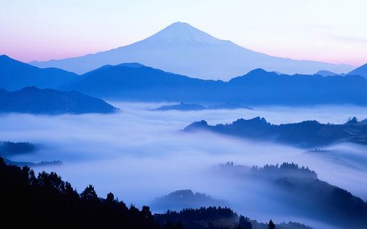 Обои Далекий силуэт горы Фудзи, Япония / Fuji, Japan на фоне голубого неба