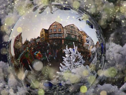 Обои Блестящий шар на ёлке площади города в Голландии / Netherlands