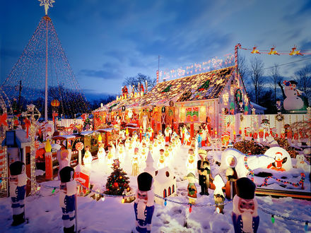 Обои Площадка в тематическом парке, украшенная к Новому Году ангелами, Щелкунчиками, медведями и гирляндами