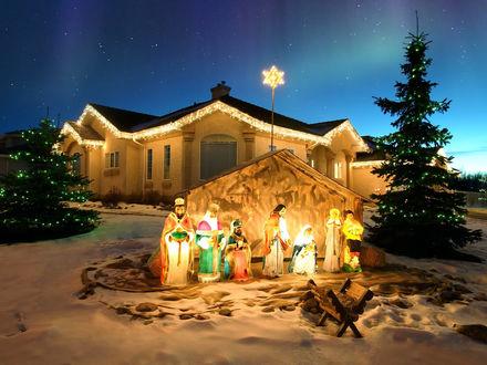 Обои Возле красиво украшенного дома стоит инсталляция к Рождеству