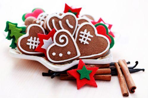 Обои Новогодние печеньки в форме сердечек, украшенные маленькими декоративными ёлочками и звездами и корица