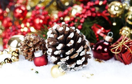 Обои Шишки и новогодние шарики в снегу