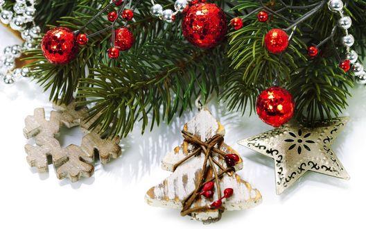 Обои Ветки елки с красными шариками и украшениями