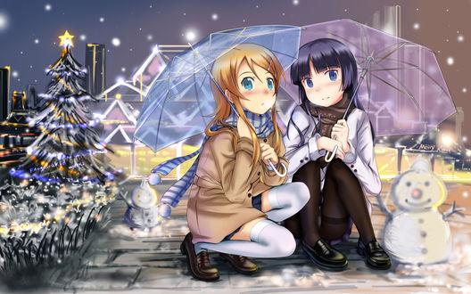Обои Kousaka Kirino / Кирино Косака и Рури Гоко (Куронэко) / Gokou Ruri (Kuroneko) из аниме Моя младшая сестра не может быть такой милой / Ore no Imouto ga Konna ni Kawaii Wake ga Nai / OreImo сидят под зонтиками рядом со снеговиками около наряженной ёлки