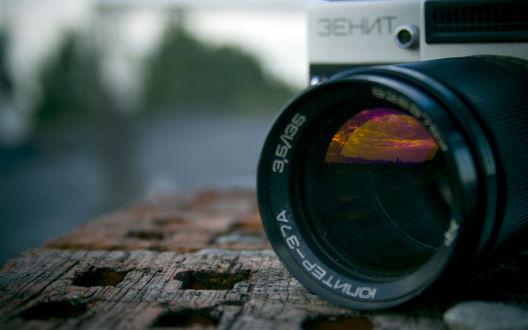 Обои В объективе фотокамеры 'Зенит' отражается закатное небо