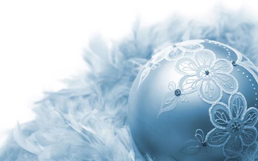 Обои Нежный новогодний ёлочный шарик с цветочной аппликацией