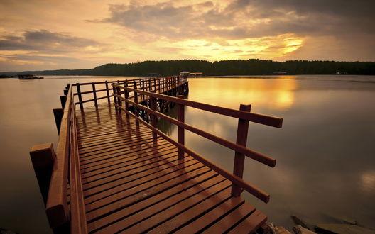 Обои Пирс на озере освещается красивым закатом солнца