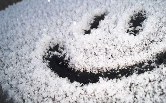 Обои Улыбающаяся рожица на снегу