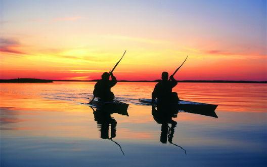 Обои Вечерняя тренировка на озере двух гребцов на байдарках на фоне багряного заката