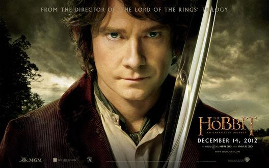Обои Bilbo Baggins / Бильбо Бэггинс держит меч в руках, из фильма Хоббит / Hobbit