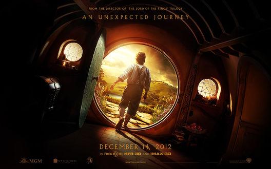 Обои Bilbo Baggins / Бильбо Бэггинс стоит на пороге своего дома, из фильма Хоббит / Hobbit