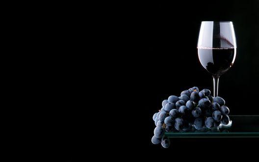 Обои Бокал красного вина и гроздь винограда
