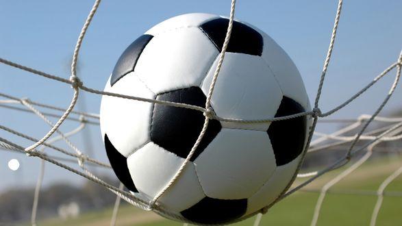 Обои Футболист забил гол: футбольный мяч в сетке ворот
