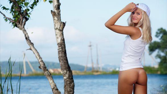 Обои Красивая девушка Taliа / Талиа в белом с обнажённой попкой рядом с березой на фоне водоема
