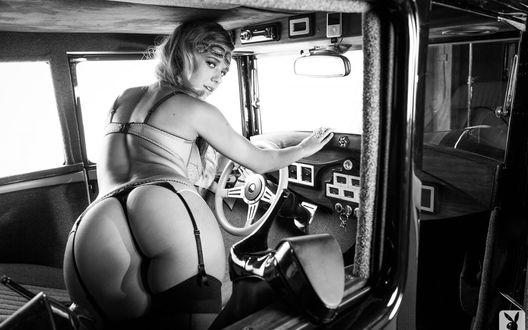 Обои Блондинка Carlye Denise / Карлайн Денис черных чулках и стрингах, стоит на коленях в ретро автомобиле повернувшись попой