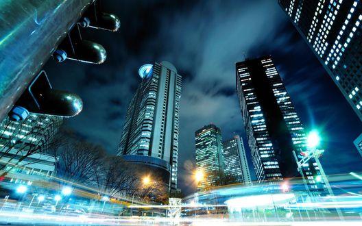 Обои Следы фар на долгой выдержке и фонари на фоне небоскребов в Токио, Япония / Tokyo, Japan