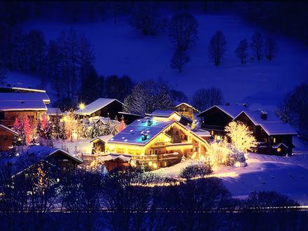 Обои Небольшая деревня в горах, украшенная к празднованию новому году