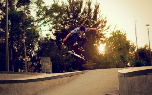 Обои Парень выполняет трюки на скейтборде