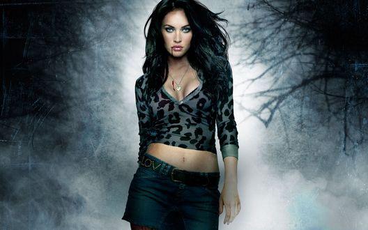Обои Актриса Меган Фокс / Megan Fox в лесу с кровью на лице