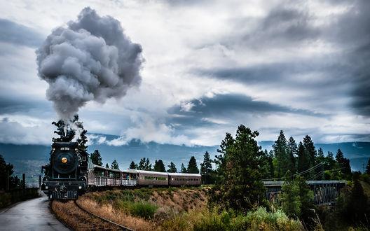 Обои Поезд едет на фоне красивого неба с облаками и красивых деревьев