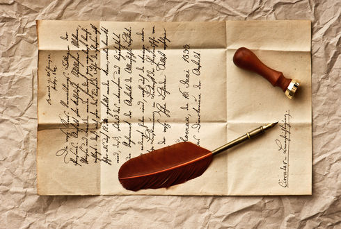 Обои Письмо написано каллиграфическим почерком на мятой бумаге, перо и печать