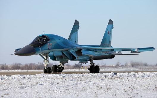 Обои На старте взлетно-посадочной полосы истребитель Су-34, состоящий на вооружении ВВС России