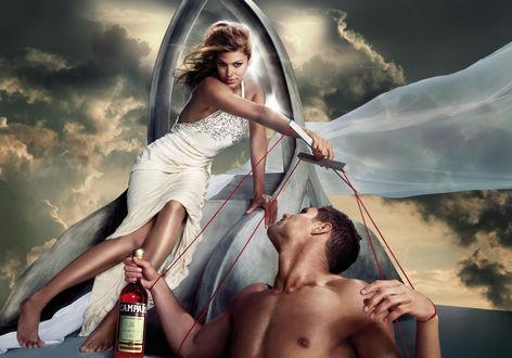 Обои Актриса Ева Мендес / Eva Mendes держит парня-марионетку на нитках в рекламной кампании напитка Campari