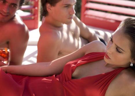 Обои Американская актриса Джессика Альба / Jessica Alba в красном платье и два парня на заднем плане в рекламной кампании напитка Campari