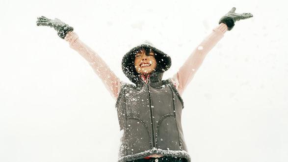 Обои Счастливая девушка радуется снегу