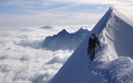 Обои Альпинисты осуществляют спуск с заснеженной горной вершины