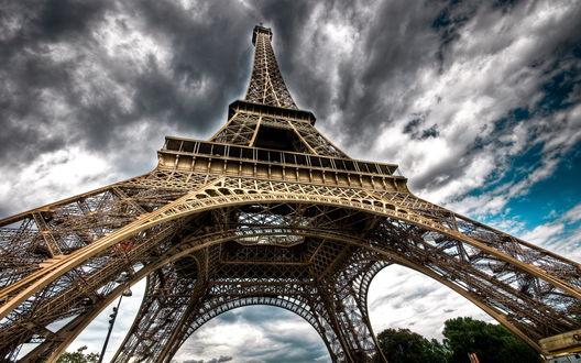 Обои Tour Eiffel / Эйфелева башня под пасмурным небом, Париж, Франция / Paris, France