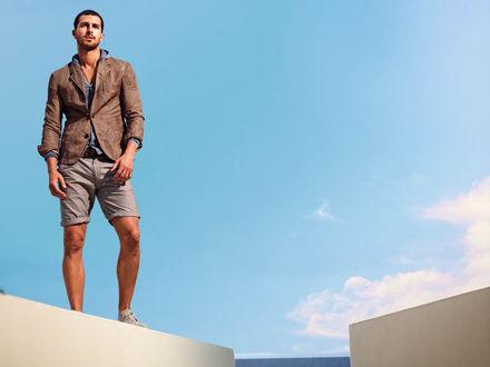 Обои Модель Клинт Мауро / Clint Mauro на фоне неба в шортах и пиджаке