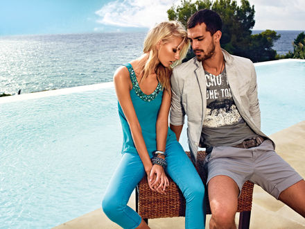 Обои Модель Клинт Мауро / Clint Mauro с блондинкой возле моря сидят на плетеном табурете