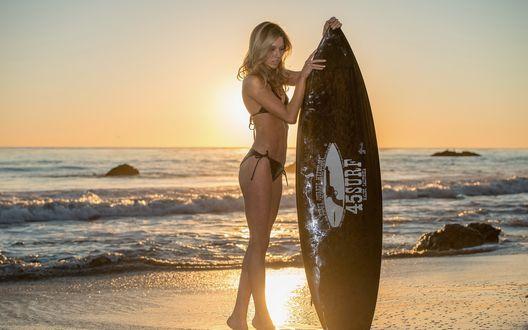 Обои Блондинка стоит на закате на берегу моря с доской для серфинга (54 surf)