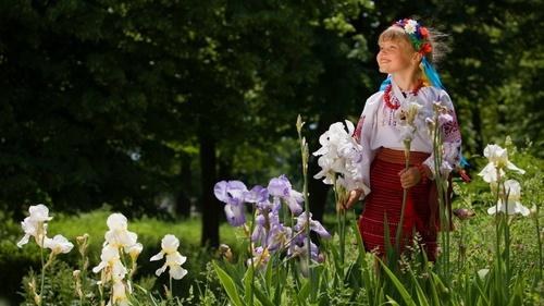 Обои милая девочка в украинском