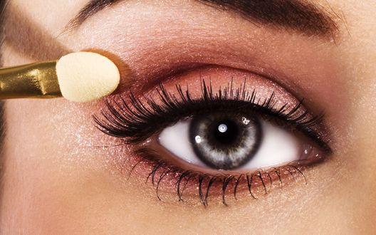 Обои На веко глаза девушки наносится макияж