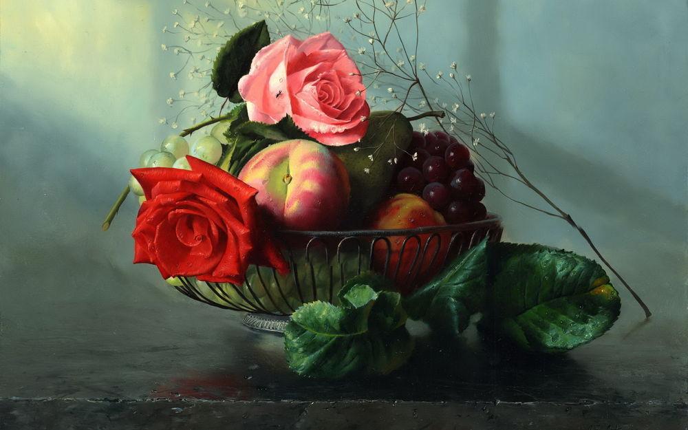 Обои для рабочего стола Железная корзинка с фруктами и розами на столе