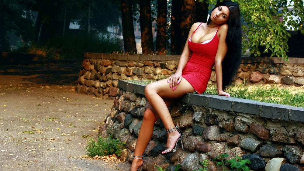 девушка в красном коротком платье на столе эро фото