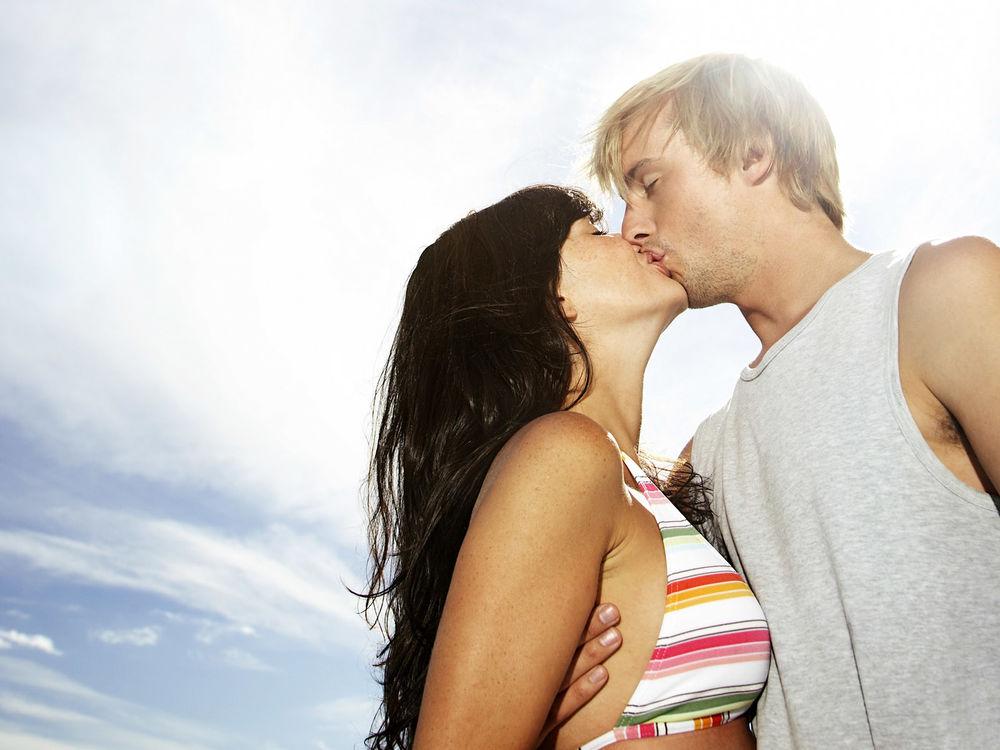 законы картинки как они целуются женщины